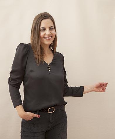 Camisa ablusada negra con adorno de botones dorados